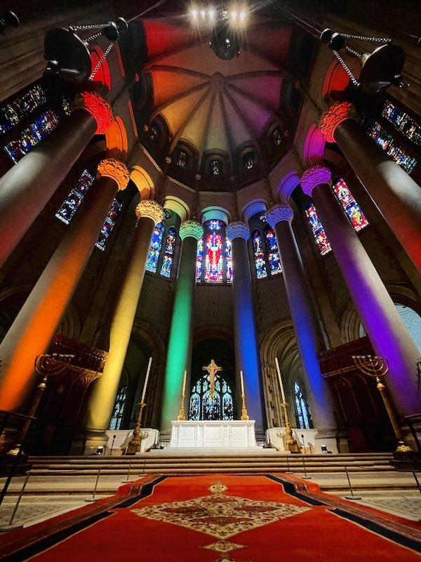 أضواء الفخر بكاتدرائية القديس يوحنا الإلهي
